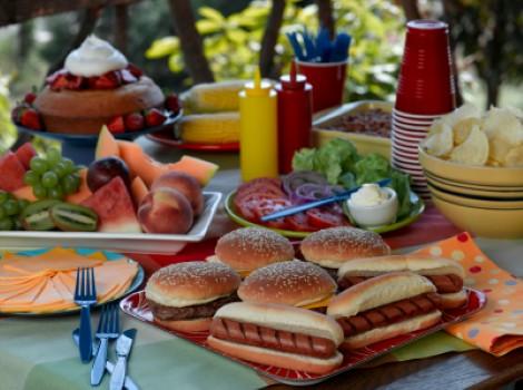 hotdogs-burgers-picnic